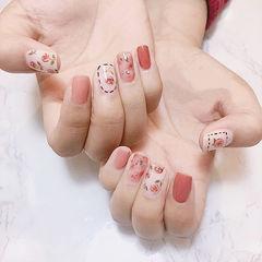 方圆形粉色白色手绘晕染花朵金箔玫瑰美甲图片