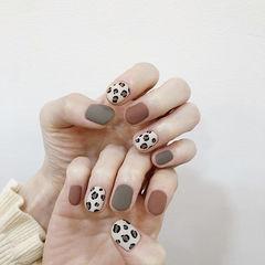 圆形灰色白色手绘豹纹磨砂跳色美甲图片