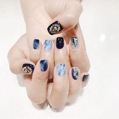 方圆形蓝色白色贝壳片金箔手绘晕染石纹钻美甲图片