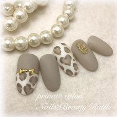 圆形灰色白色手绘豹纹磨砂美甲图片