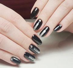 圆形黑色银色钻简约美甲图片