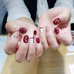 圆形红色裸色格子美甲图片