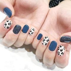 圆形蓝色白色豹纹手绘美甲图片