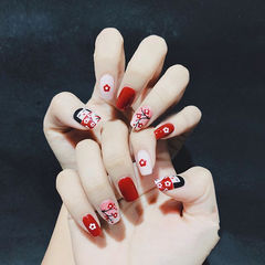 方圆形红色白色手绘花朵新年美甲图片