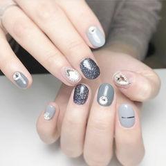 圆形灰色裸色金银线钻跳色短指甲美甲图片