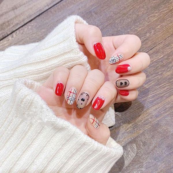 圆形红色裸色黑色波点格纹美甲图片