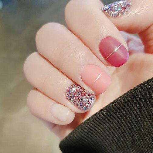 圆形红色粉色白色磨砂跳色闪粉短指甲美甲图片
