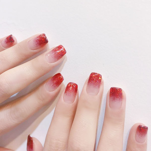 方圆形红色渐变新年美甲图片