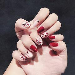 圆形红色白色手绘花朵新年美甲图片