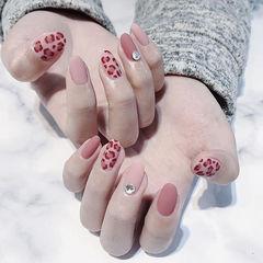 圆形粉色手绘豹纹磨砂钻美甲图片
