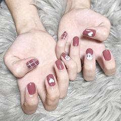 圆形豆沙色白色手绘心形格子美甲图片
