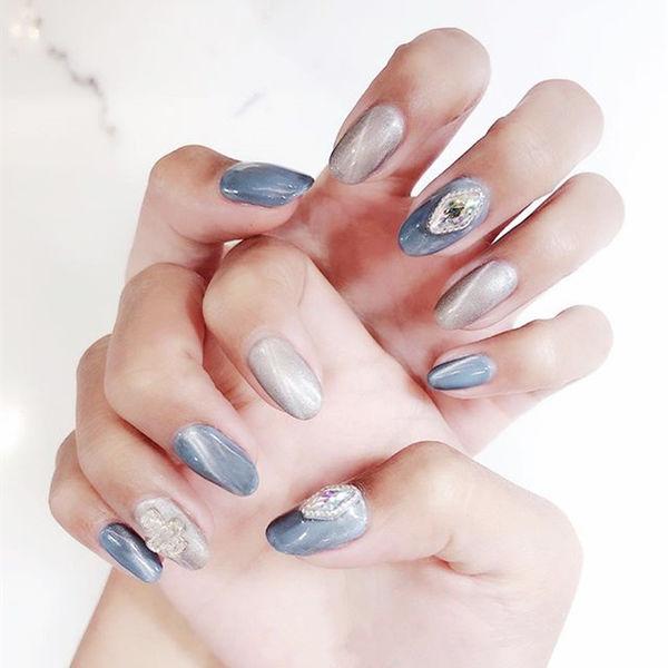 圆形灰色蓝色钻猫眼美甲图片