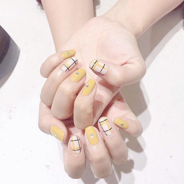 方圆形黄色格纹亮片美甲图片