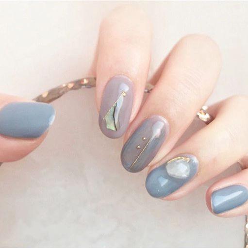 圆形蓝色灰色晕染贝壳片简约美甲图片