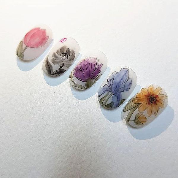 圆形红色黄色蓝色紫色黑色手绘花朵磨砂美甲图片