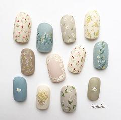 圆形蓝色裸色白色手绘花朵可爱春天磨砂美甲图片