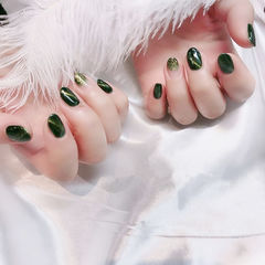 圆形绿色渐变猫眼金箔美甲图片