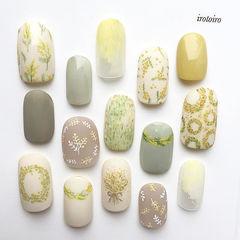 圆形黄色绿色手绘花朵春天磨砂美甲图片