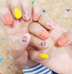 圆形黄色橙色手绘水果跳色磨砂美甲图片