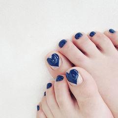脚部蓝色手绘心形美甲图片