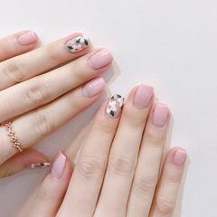 方圆形粉色白色渐变手绘花朵简约春天ins美图分享,想学美甲咨询微信mjbyxs6哦~美甲图片