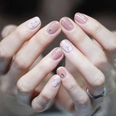 圆形粉色白色晕染金箔简约上班族美甲图片