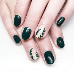 圆形墨绿色白色手绘树叶简约美甲图片