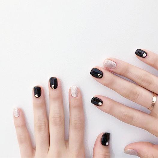 方圆形黑色银色跳色短指甲简约美甲图片