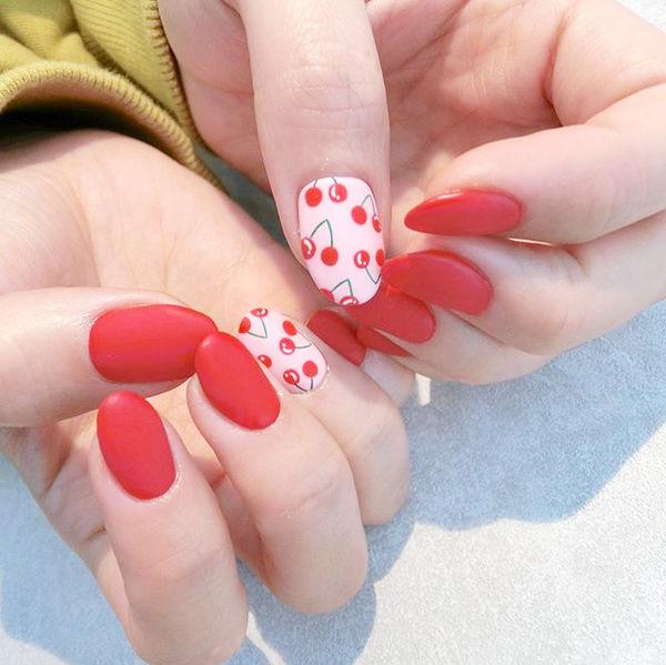 圆形红色手绘樱桃磨砂美甲图片