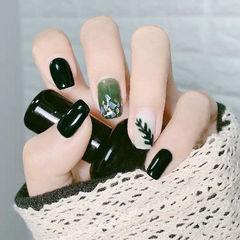 方圆形墨绿色白色手绘树叶贝壳片金箔显白春天美甲图片