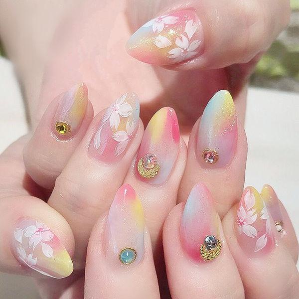尖形粉色黄色蓝色手绘花朵钻ins美图分享,想学美甲咨询微信mjbyxs6哦~美甲图片