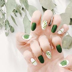 圆形绿色白色手绘树叶磨砂美甲图片