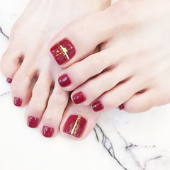 脚部红色金银线显白新娘美甲图片