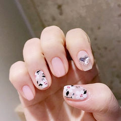 方圆形粉色白色手绘花朵钻美甲图片