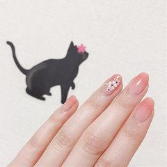 圆形粉色手绘花朵简约上班族春天美甲图片