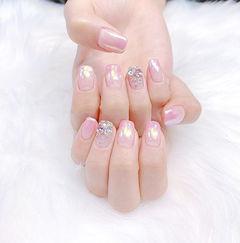 方圆形粉色渐变钻美甲图片