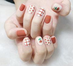 方圆形红色白色手绘花朵格子磨砂美甲图片