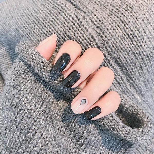 方圆形黑色裸色钻跳色美甲图片