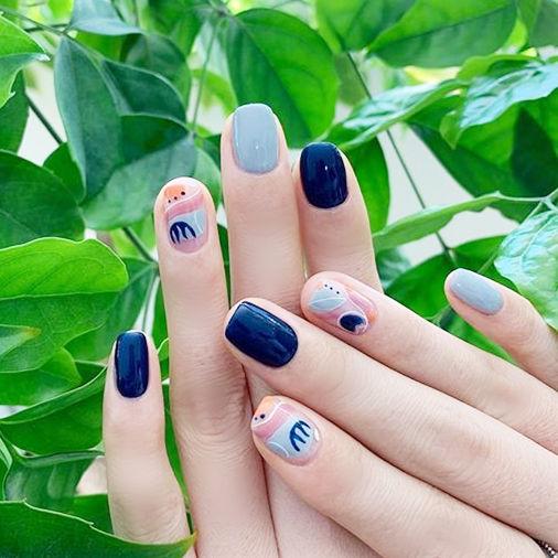 方圆形蓝色手绘韩式美甲图片