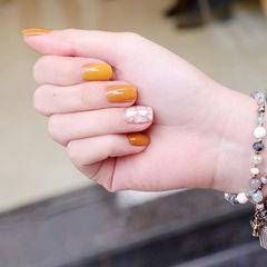 方圆形黄色贝壳片简约美甲图片
