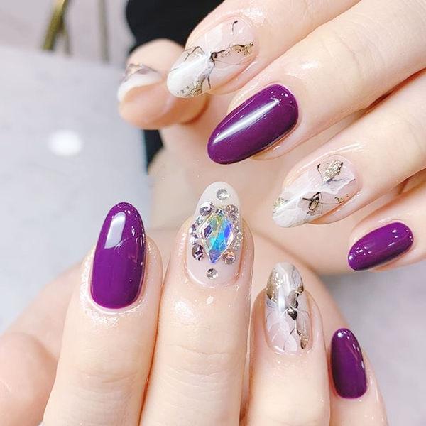 圆形紫色裸色手绘晕染钻石纹ins美图分享,想学美甲咨询微信mjbyxs6哦~美甲图片