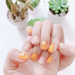 圆形橙色白色手绘花朵珍珠美甲图片