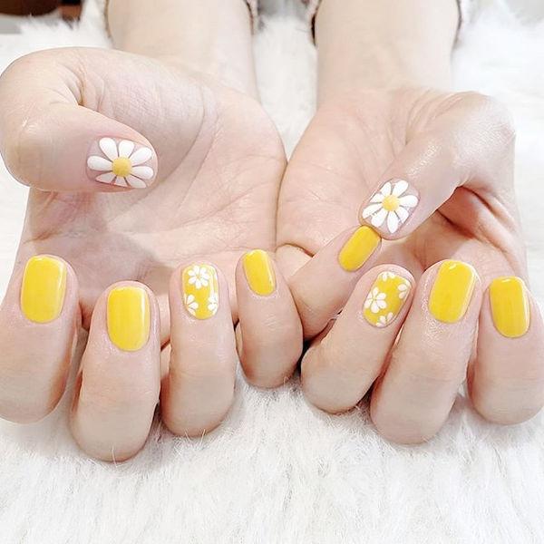 方圆形黄色白色手绘雏菊美甲图片