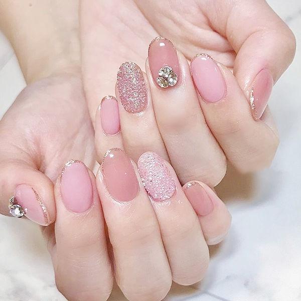 圆形粉色钻包边美甲图片