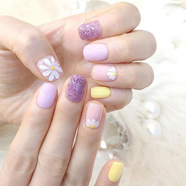 方圆形香芋紫色黄色手绘雏菊跳色春天美甲图片