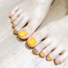 脚部黄色金色跳色美甲图片