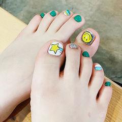 脚部绿色黄色银色手绘星星笑脸美甲图片