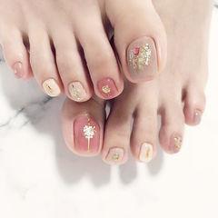 脚部粉色裸色贝壳片金箔跳色ins美图分享,想学美甲咨询微信mjbyxs6哦~美甲图片