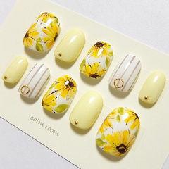圆形黄色裸色手绘花朵条纹美甲图片