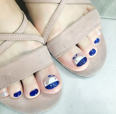 脚部蓝色白色手绘可爱夏天ins美图分享,想学美甲咨询微信mjbyxs6哦~美甲图片